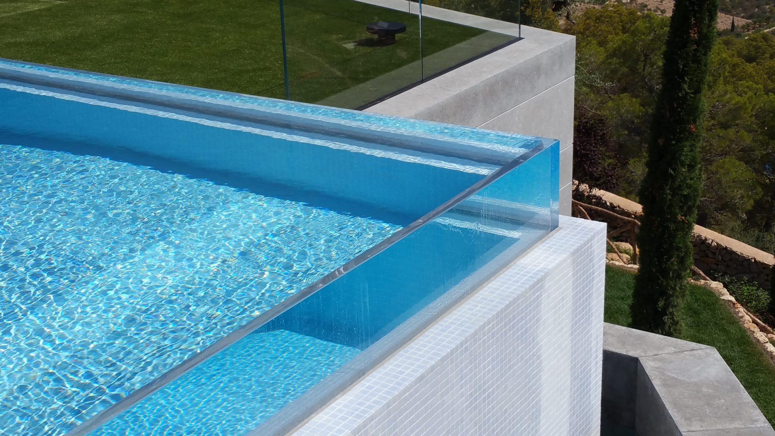 à l'échelle des murs de la piscine